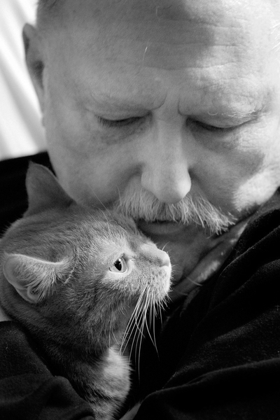 Lee Entwisle with his cat ©Leslie Granda-Hill